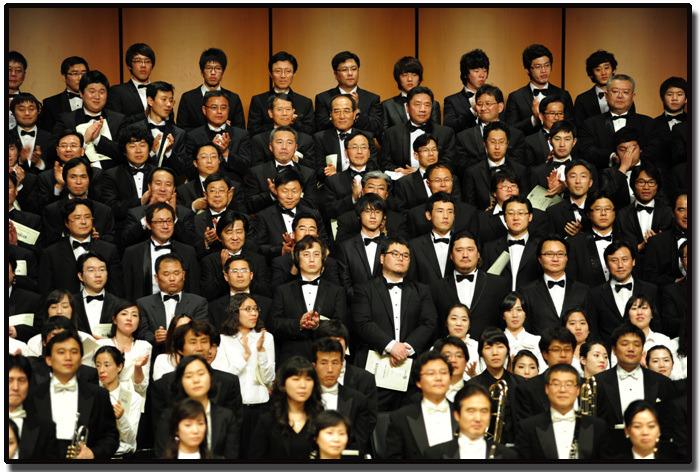 그림 1-5.18 민주항쟁 30주년 기념, 말러의 부활교향곡 공연 무대에 선 필자, 2010년 5월 17일.jpg